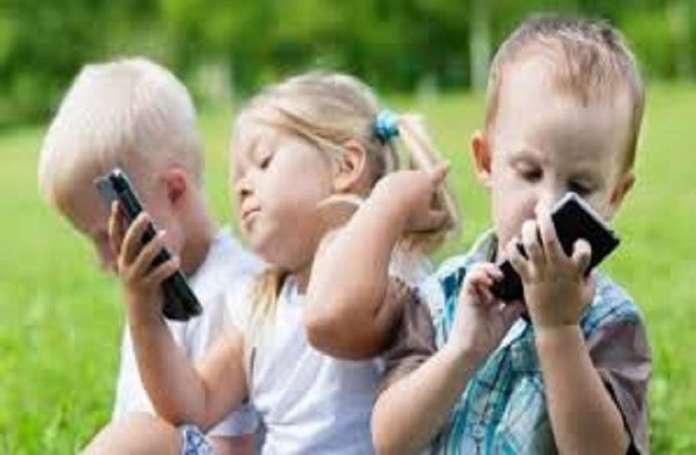 मोबाइल पर ज्यादा देर देखने से बच्चों के विकास पर असर