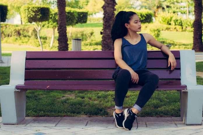 अगर आप भी बैठती हैं पाँव सटाकर तो हो जाइये सावधान, हो सकती है यह दर्दनाक बीमारी