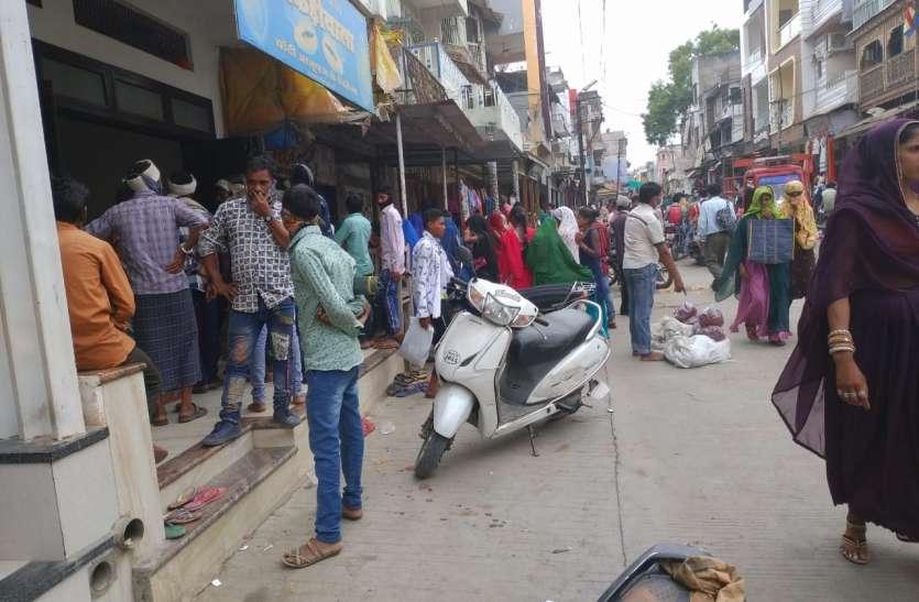 हाट नहीं लगने से ग्रामीण क्षेत्र के लोग बाजार में खरीदारी करने आए