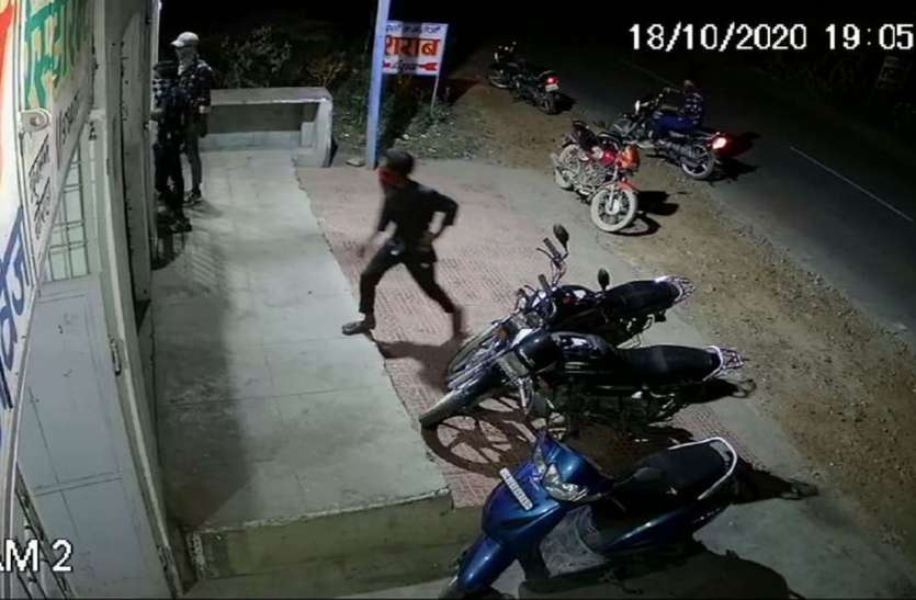 video ... Four miscreants came from loot, one shot