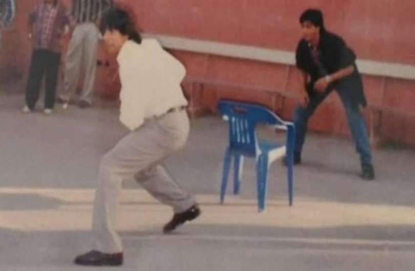 Years old picture of Shahrukh Khan and Akshay Kumar surfaced, seen playing cricket