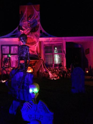 haunted-grounds-2016-wide-shot-of-house-with-skeleton-in-foreground