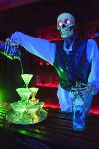 Simi Valley Yard Haunts Hellizondo Haunt 2018 bartender skeleton