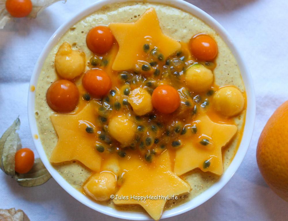 Mango Kurkuma Haferflocken Smoothieschale mit Obst