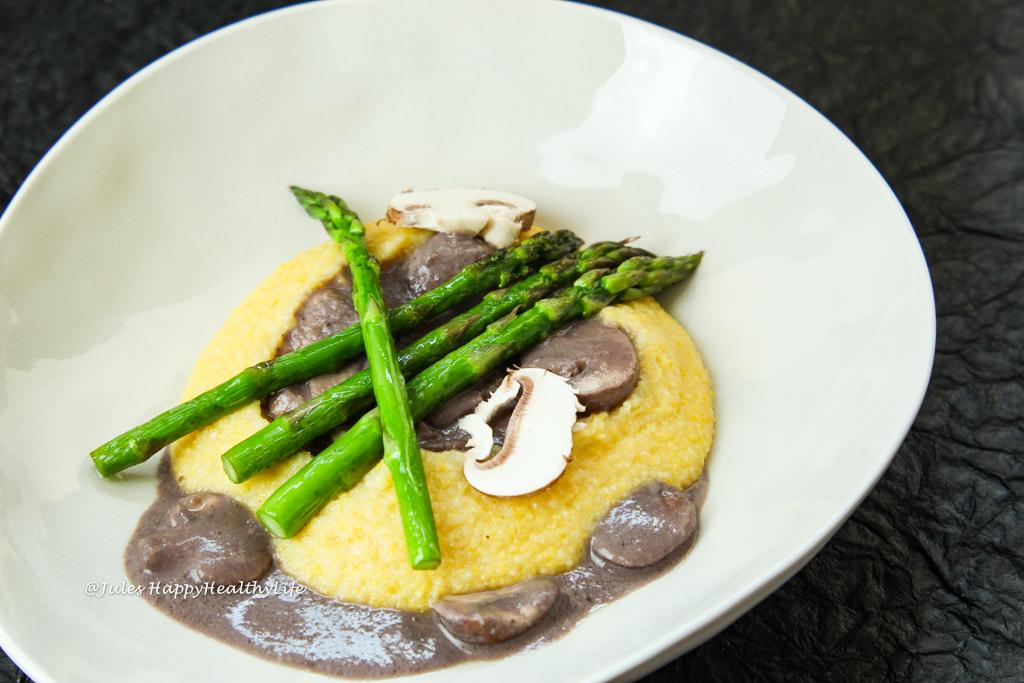 Glutenfreies und veganes Hauptgericht - Poenta mit cremiger Pilzsauce