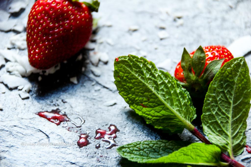 Eiscreme kann auch gesund sein - Veganes Erdbeereis am Stiel mit Minze
