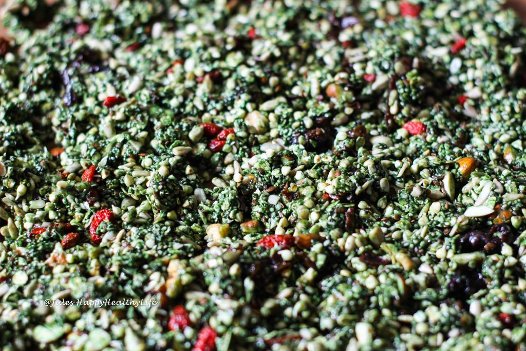 Kann gebacken werden oder im Dörrautomat zubereitet - Veganes, glutenfreies Matcha Granola mit Buchweizen, Leinsamen, Goji-Beeren und Spirulina