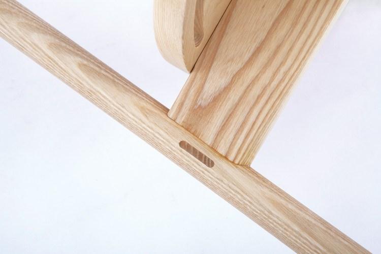 鳩尾榫的卡榫方法不只增加了扶手的強度,更增添了整體設計的美感。