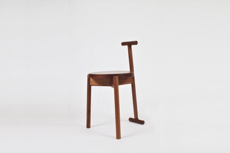 胡桃木兼具硬度和美麗的木紋,在傢俱界是完成度極高的木材,非常適合拿來製作傢俱,自古至今皆使用於製作高級家具或工藝品。