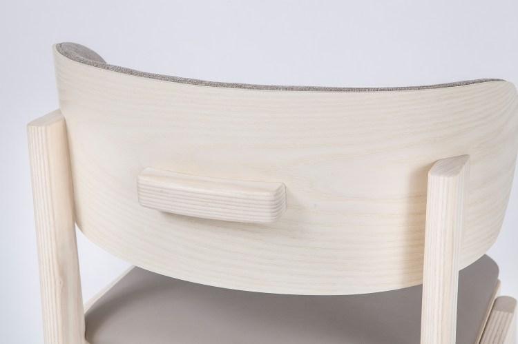 大椅背用來支撐身體 。以圓弧式椅背支撐使用者的腰部。上半身較不穩的使用者也能保持好直坐的姿勢。