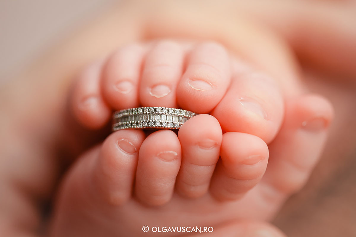 Olga Vuscan New Born Photographer for Workshops by Camen Bergmann Studio feet of new born holding a ring