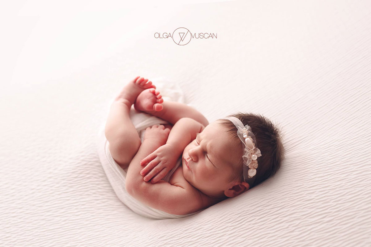 Olga Vuscan New Born Photographer for Workshops by Camen Bergmann Studio new born girl sleeps on her back
