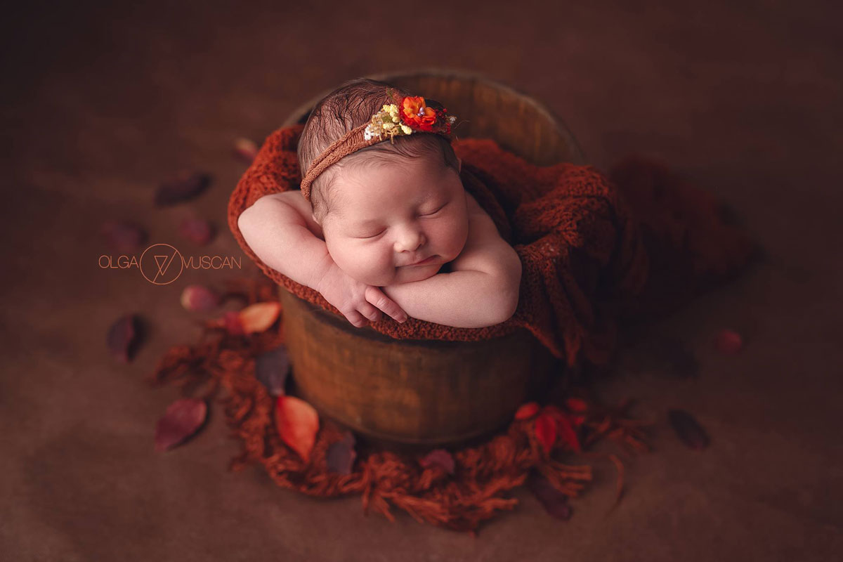 Olga Vuscan New Born Photographer for Workshops by Camen Bergmann Studio new born girl sleeps surrounded by flowers