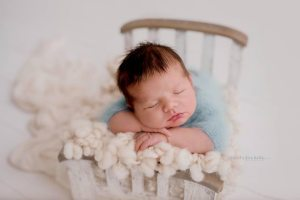 Newborn-baby-sleeps-during-a-photoshoot-by-Nicoleta-Raftu-for-a-newborn-workshop