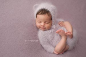 Newborn-in-pink-outfit-for-a-newborn-workshop-in-Bergmann-photo-studio-by-Nicoleta-Raftu