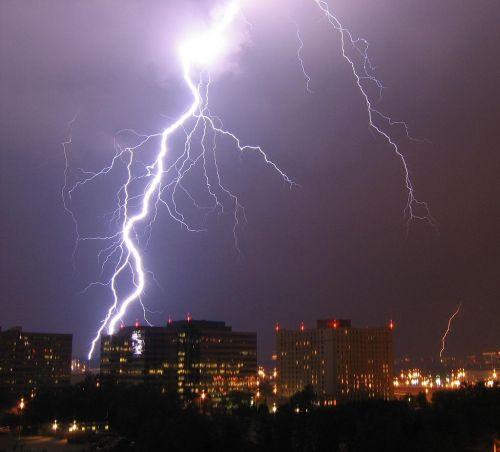 1024px-Lightning_in_Arlington