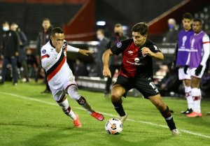 Juan Sforza on the ball for Newell's in the Copa Sudamericana