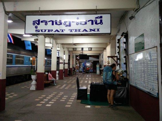 Surat Thani dans la gare en attendant notre train pour la Malaisie @neweyes