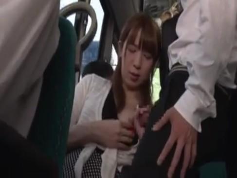 満員バスで逆痴漢をする長身激カワニューハーフ!手コキ&フェラチオからアナルに挿入してるニュハーフ動画