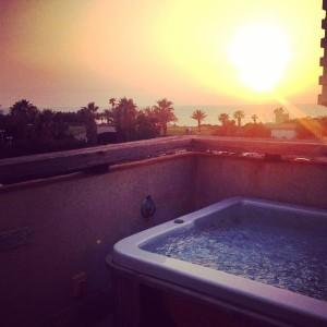 Blick vom Balkon Richtung Mittelmeer - in einer Stadt, wie sie friedlicher kaum wirken könnte.