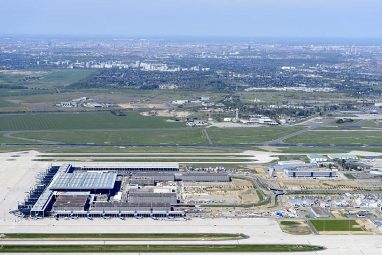 Passen ein paar Kieze drauf: Luftaufnahme der BER-Baustelle aus dem Jahr 2012 (© Günter Wicker / Flughafen Berlin Brandenburg GmbH)