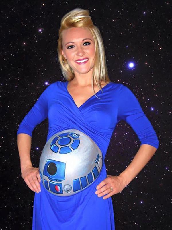 Bellypainting: R2-D2 auf dem Bauch von Stephaney Giordano. (Foto: Daniel Deutsch)