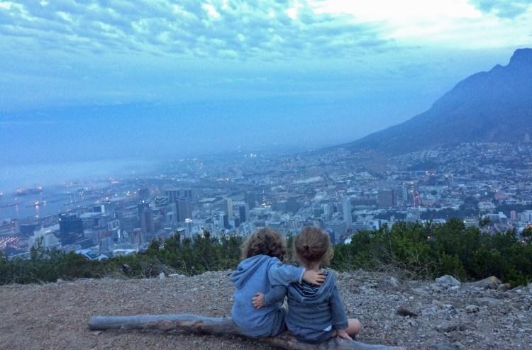 Kids with a view: Kid A und Kid B auf dem Signal Hill mit Blick auf Kapstadt. Die Umarmung war natürlich nicht gestellt! (…)