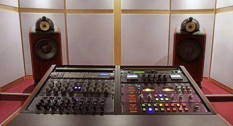 Mastering studio (foto di Masterplus, da Wikipedia)