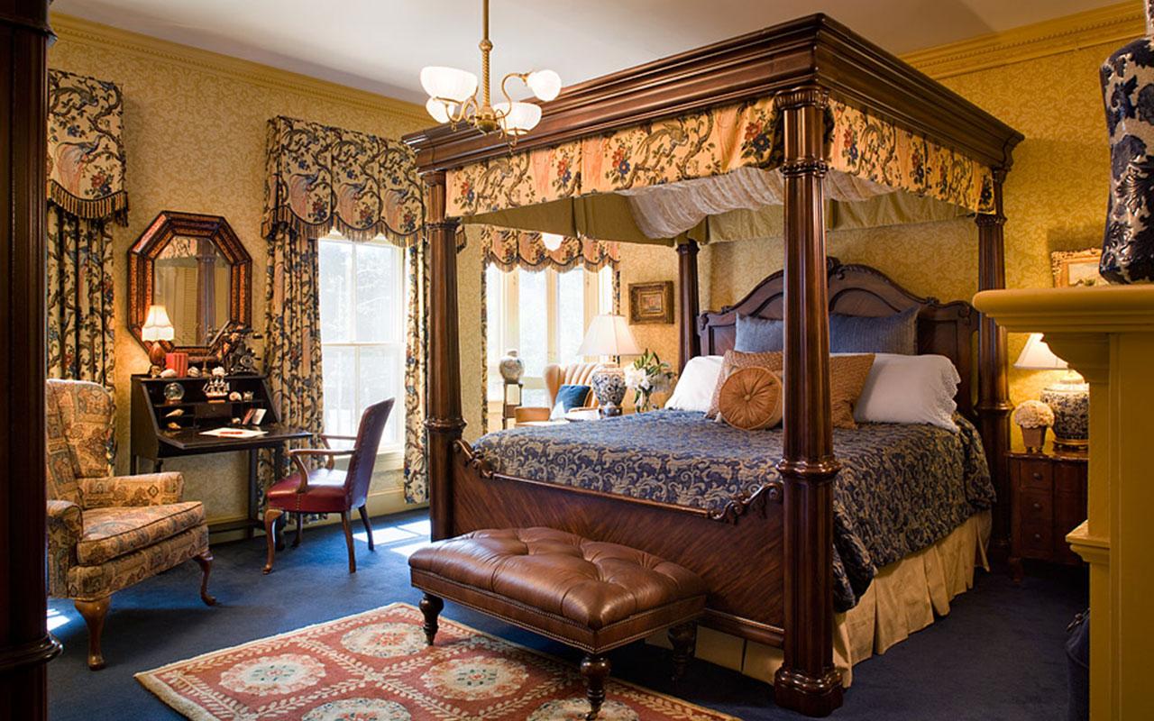 Turret room in Ivy Lodge | Newport Inns of Rhode Island
