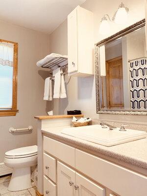 Hawthorne bathroom | Newport Inns of Rhode Island
