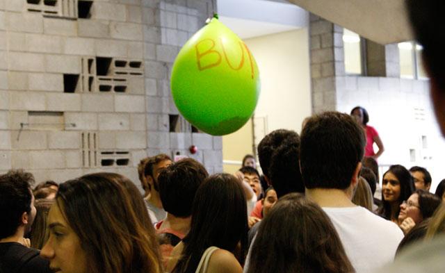 (Depois do discurso de Zé do Caixão, balões cheios de doce foram oferecidos aos estudantes).