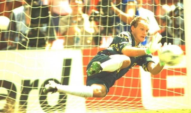 4-taffarel-defende-o-penalti-cobrado-por-massaro-na-decisao-da-copa-de-1994-apos-0-x-0-no-tempo-normal_pedro-martinelli