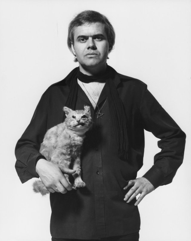 alien-1979-007-h-r-giger-with-cat-00m-gwz