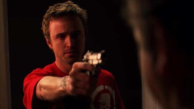 Jesse com uma arma apontada para alguém em vermelho