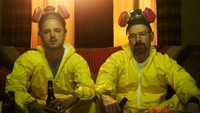 Jessie e Walter em macacões amarelos de produzir drogas