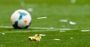 """Photo of لحظات طريفة في ملاعب كرة القدم .. ألفيس يتحدى العنصرية بأكل """"موزة"""" في أرض الملعب"""