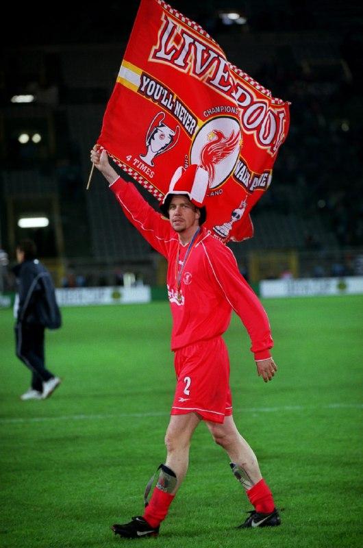 هينشوز يحتفل بلقب كأس الاتحاد الاوروبي عام 2001