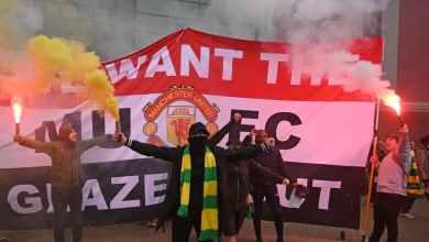 Photo of هل يتأجل اللقاء مرة أخرى.. جماهير مانشستر يونايتد تعترض مسار حافلة ليفربول