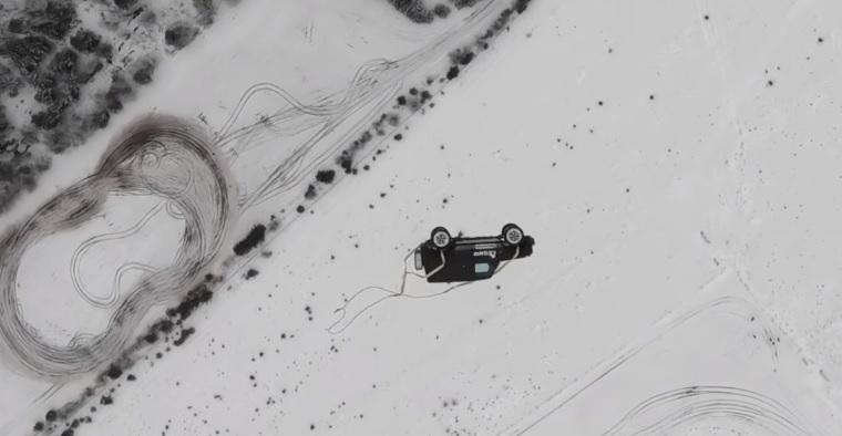 Двое москвичей скинули дорогой внедорожник с вертолета: видео