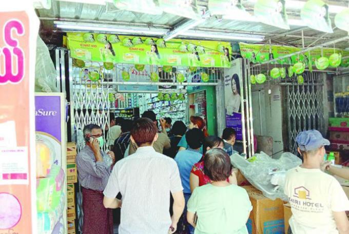 တာမွေမြို့နယ်ရှိ ဆေးဆိုင်တစ်ခုတွင် ဆေးဝယ်ယူနေသူများကို မတ် ၂၄ ရက်က တွေ့ရစဉ်(ဓာတ်ပုံ-ငြိမ်းငြိမ်းသူ)