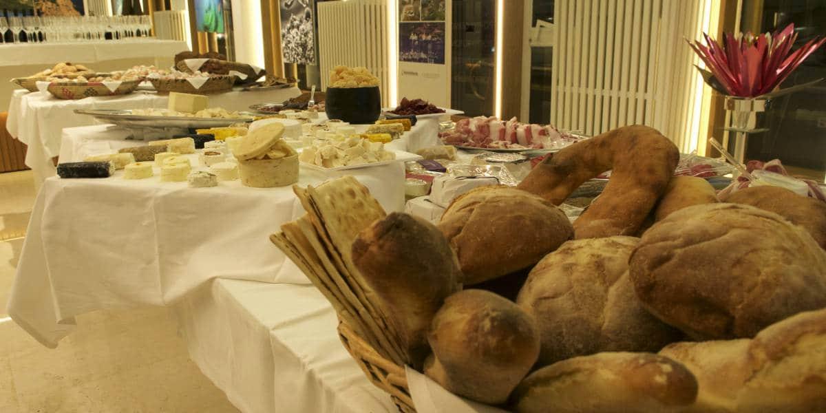 buffet con prodotti tipici della Sardegna