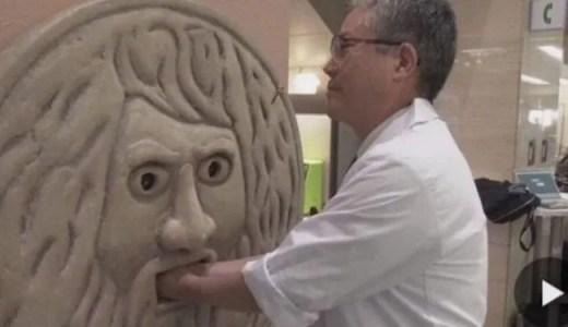 大坂大学附属病院「真実の口」の手の消毒装置が話題。ローマの休日ごっこも