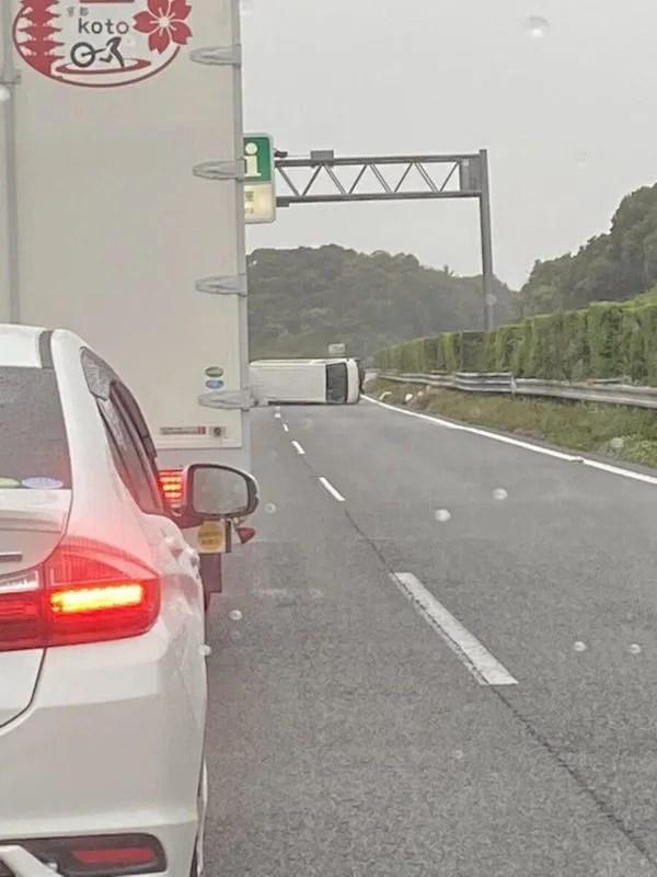 東名高速道路 吉田インターチェンジ~相良牧之原インターチェンジで事故