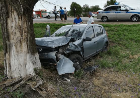 Пожарные извлекли из покореженного автомобиля пострадавшего мужчину