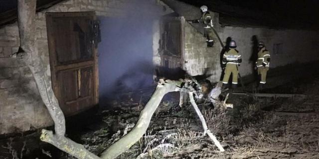 Сильный пожар потушили в помещении неработающей кошары на Ставрополье