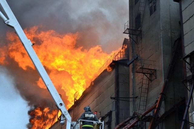 12 часов тушили крупный пожар на элеваторе под Георгиевском