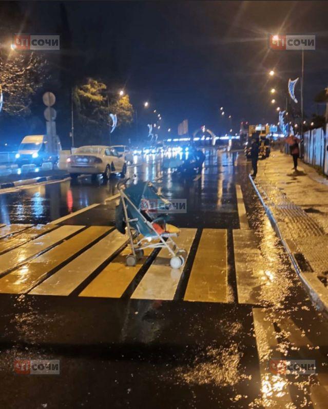 В Сочи внедорожник упал в 30-метровый обрыв, водитель чудом выжил