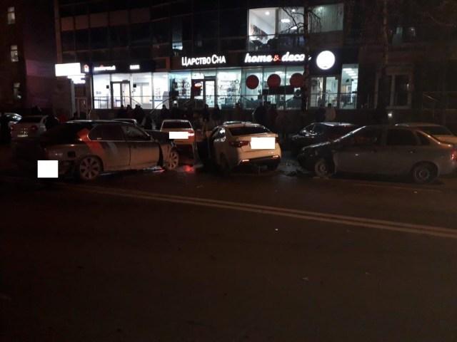 В крупной аварии в Ставрополе столкнулись 5 автомобилей, есть пострадавшие