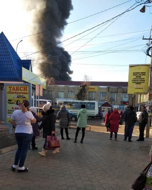 Крупный пожар на рынке попал на видео в Светлограде