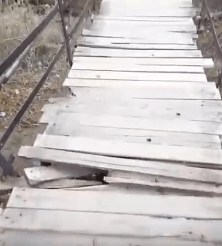 Жители Светлограда боятся ходить по дырявому мосту